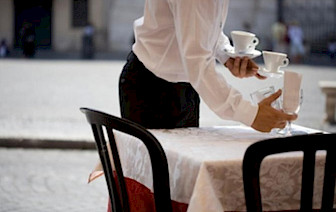 Ispovijest konobarice poznatog kafića: 'Mušterije se na nas izderavaju i prijete da će nam srediti otkaz'