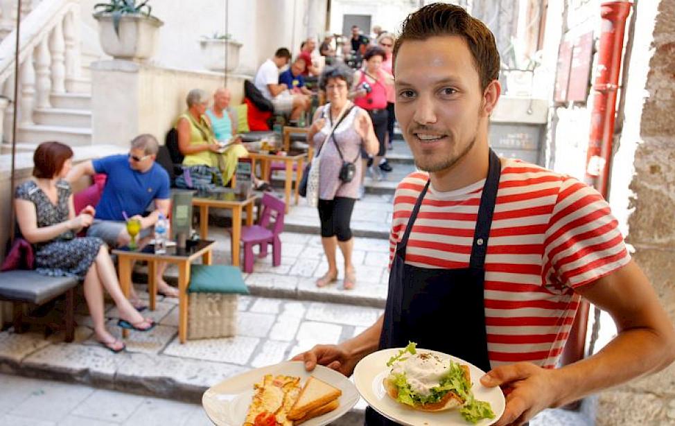KAKVE SU U HRVATSKOJ PLAĆE I GDJE SU NAJBOLJE? Radnici u turizmu i ugostiteljstvu imaju 21 posto nižu plaću od prosječne